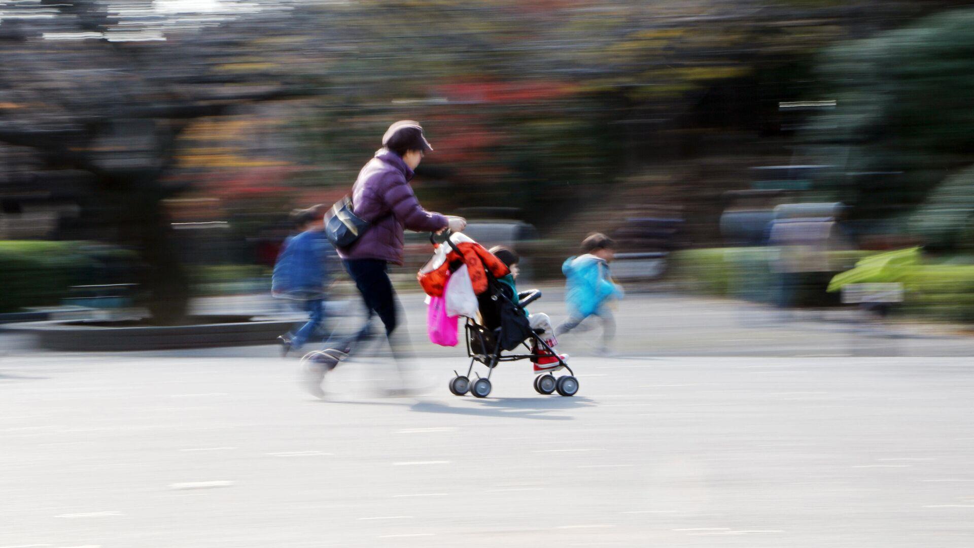 Женщина с детьми в парке в Токио  - РИА Новости, 1920, 05.01.2021