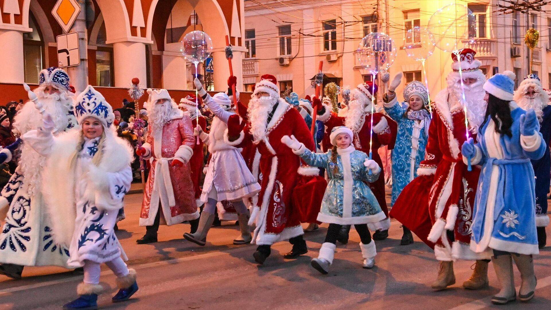 В Калуге прошел парад Дедов Морозов и Снегурочек  - РИА Новости, 1920, 12.12.2020