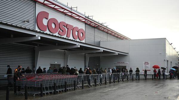 Очередь на вход в супермаркет Costco в Лидсе, Великобритания