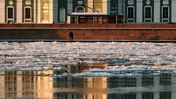 Люди на набережной в Санкт-Петербурге