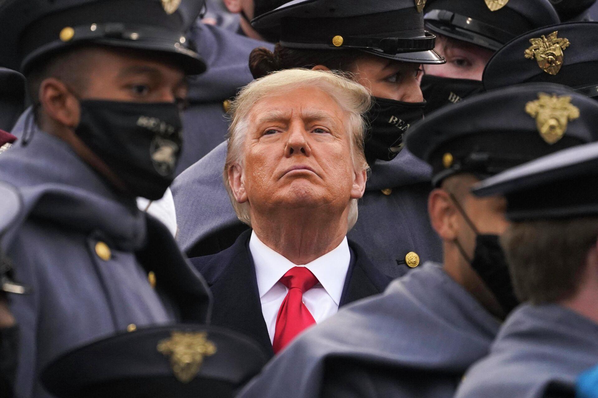Президент США Дональд Трамп в окружении армейских кадетов - РИА Новости, 1920, 28.01.2021