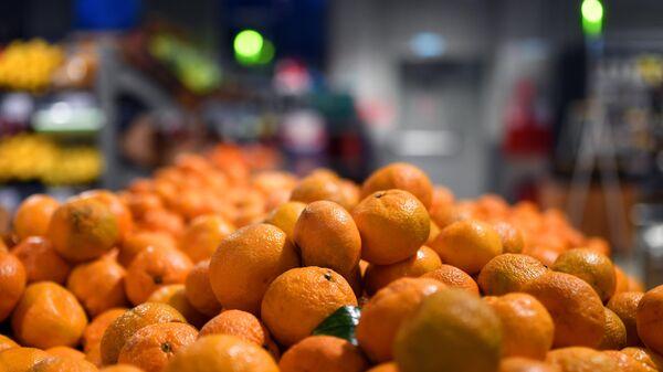 Прилавок с мандаринами в одном из магазинов сети Пятерочка в Москве