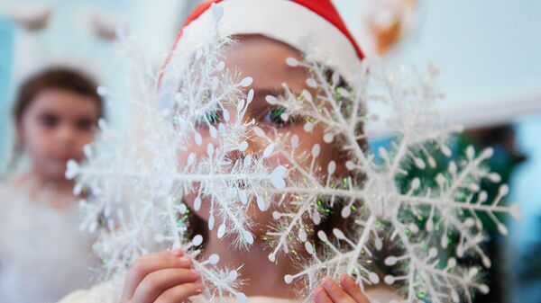 Девочка в новогоднем костюме