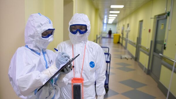 Медицинские работники во время обхода в госпитале для лечения больных COVID-19 в Тверской областной больнице