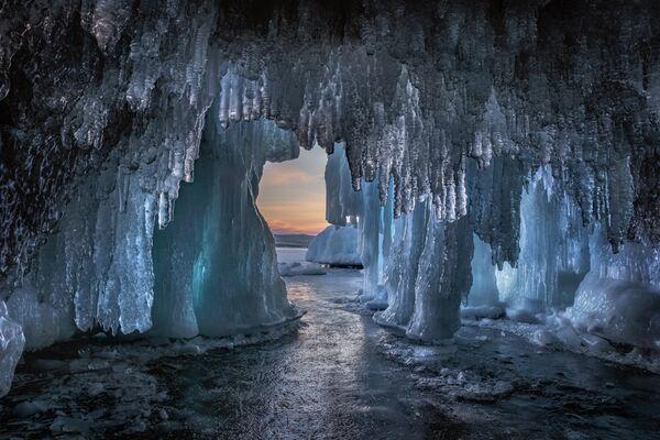 Дмитрий Архипов. Ледяная пещера на Байкале. Иркутская область. 2020