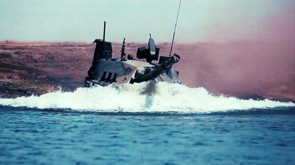 Единственный в мире легкий плавающий танк Спрут-СДМ1 во время испытаний в акватории Черного моря. Кадр видео