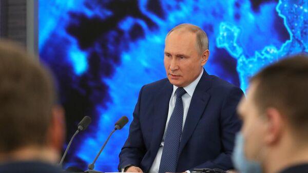Президент РФ Владимир Путин на большой ежегодной пресс-конференции в режиме видеоконференции