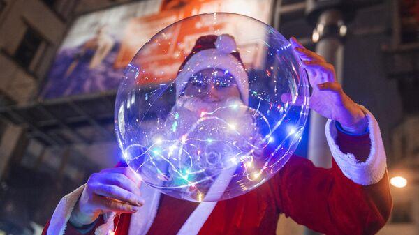 Мужчина в костюме Деда Мороза в Санкт-Петербурге