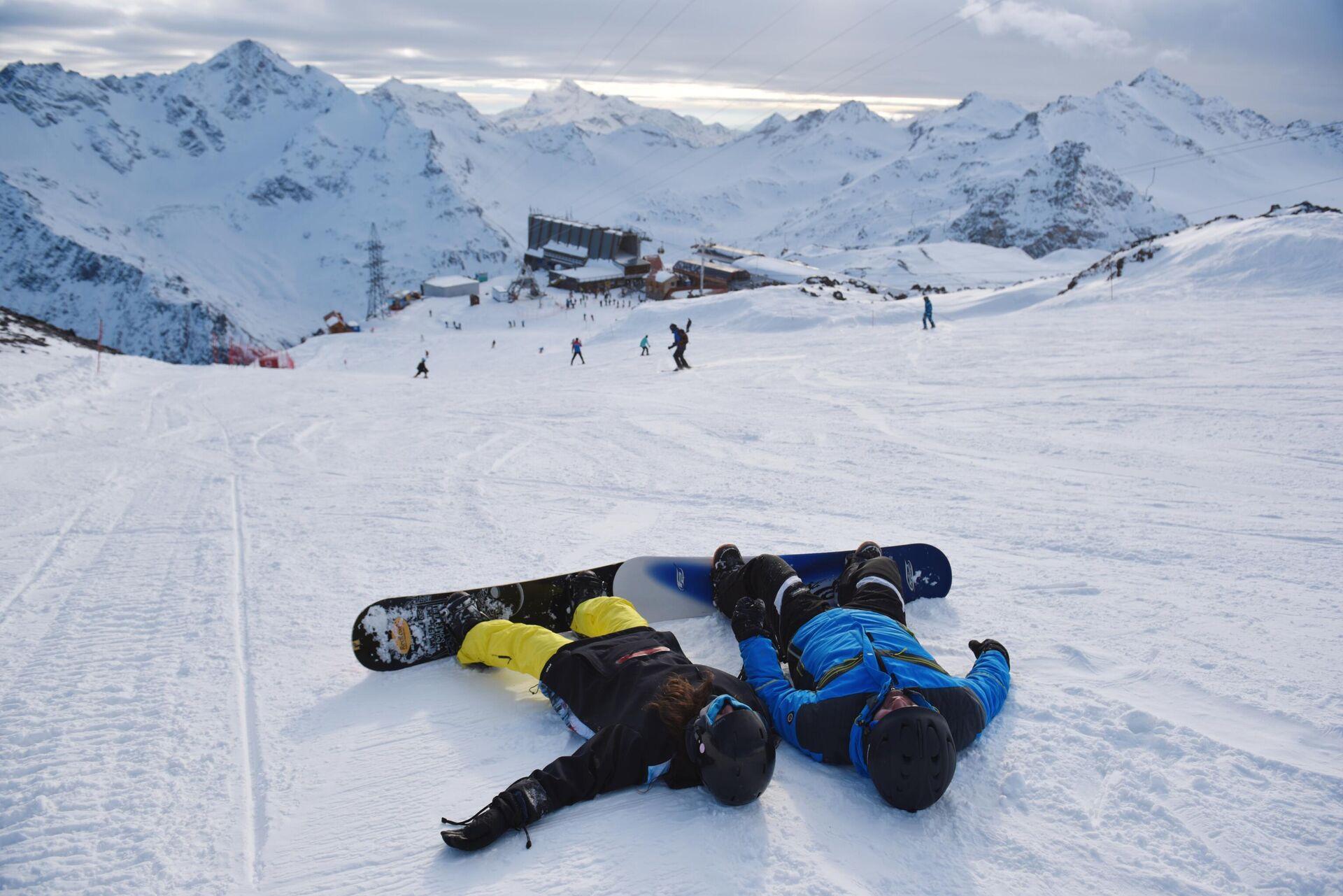 Сноубордисты на снегу в Поляне Азау, на горнолыжном курорте Эльбрус в Кабардино-Балкарской республике - РИА Новости, 1920, 18.03.2021