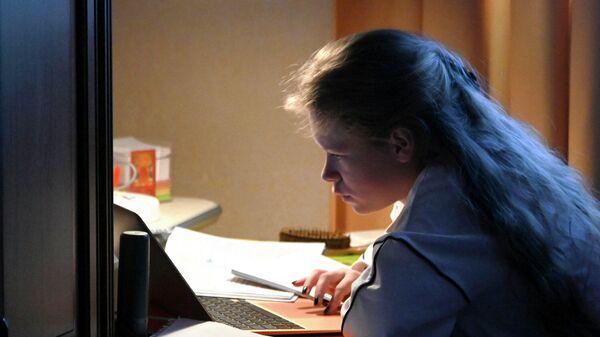 Девочка во время онлайн занятия у себя дома