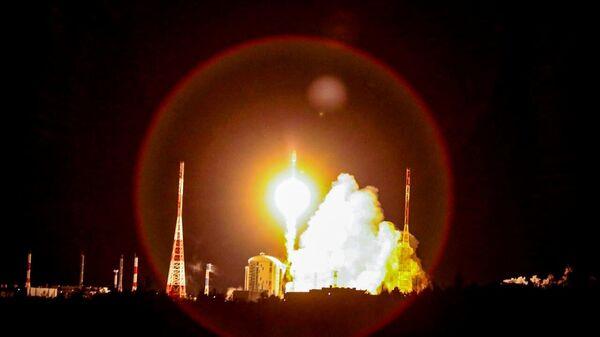 Запуск ракеты-носителя Союз-2.1б с британскими спутниками связи OneWeb на космодроме Восточный