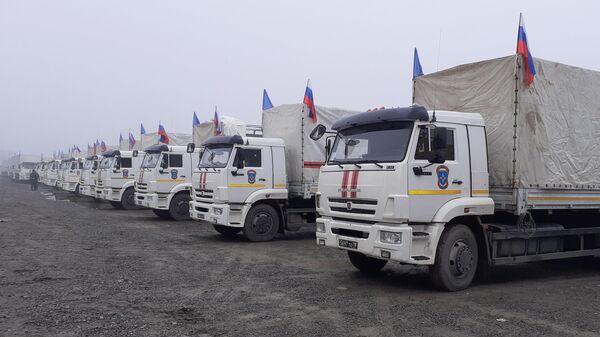 Грузовые автомобили МЧС РФ на железнодорожной станции в городе Барда, куда прибыл состав с гуманитарным грузом из России