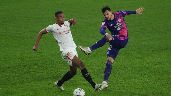 Valladolid's Spanish midfielder Oscar Plano (R) vies with Sevilla's Brazilian midfielder Fernando  during the Spanish league football match between Sevilla FC and Real Valladolid FC at the Ramon Sanchez Pizjuan stadium in Seville on December 19, 2020. (Photo by CRISTINA QUICLER / AFP)