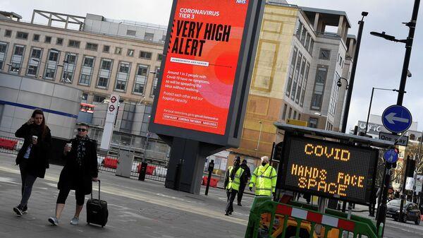 Информационные плакаты с новыми ограничениями, связанными с распространением коронавирусной инфекции в Лондоне, Великобритания