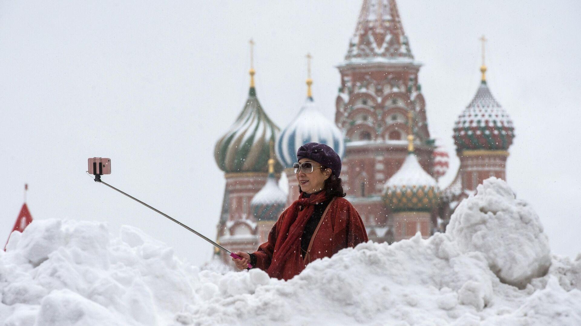 Женщина фотографируется у храма Василия Блаженного на Красной площади - РИА Новости, 1920, 21.12.2020