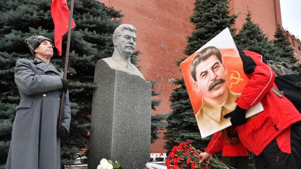Церемония возложения венков и цветов к мемориальному захоронению И. В. Сталина у Кремлевской стены