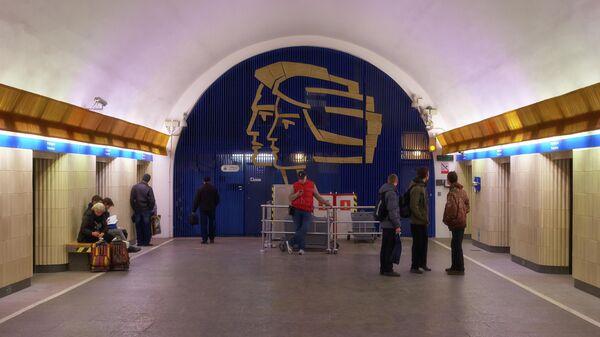 Пассажиры на станции метро Петроградская