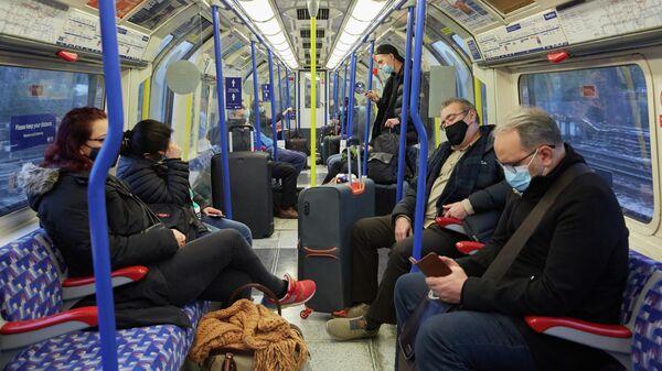 Пассажиры в поезде из аэропорта Хитроу в Лондоне