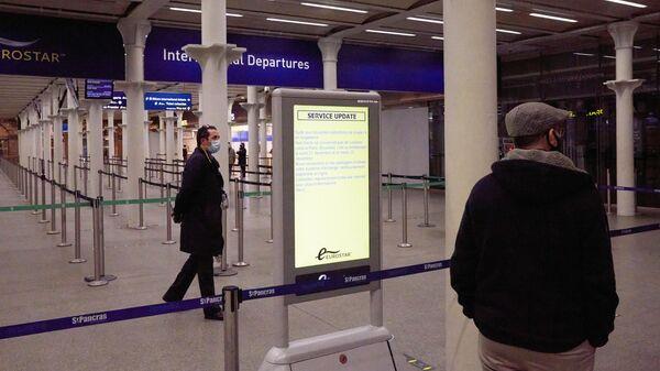 Люди на вокзале Кингс-Кросс в Лондоне