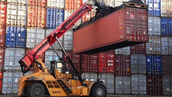 Погрузка контейнеров в контейнерном терминале Владивостокского морского порта