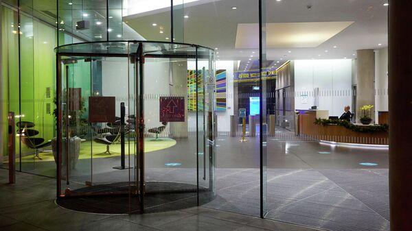 Опустевшее фойе офисного здания в Лондоне
