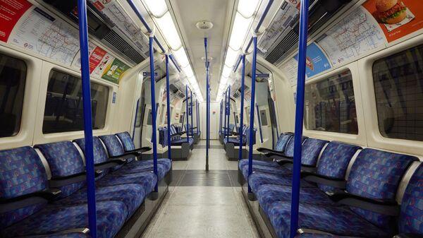 Пустой вагон лондонского метро