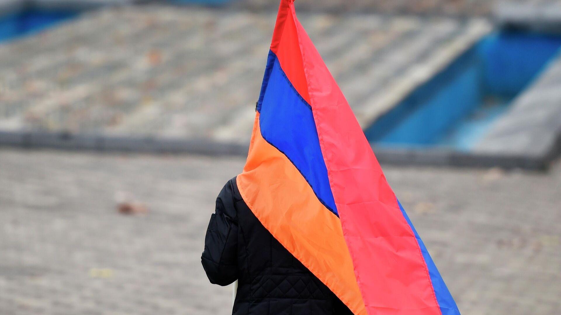 Сторонник оппозиции идет с флагом на митинг на площади Республики в Ереване - РИА Новости, 1920, 25.12.2020
