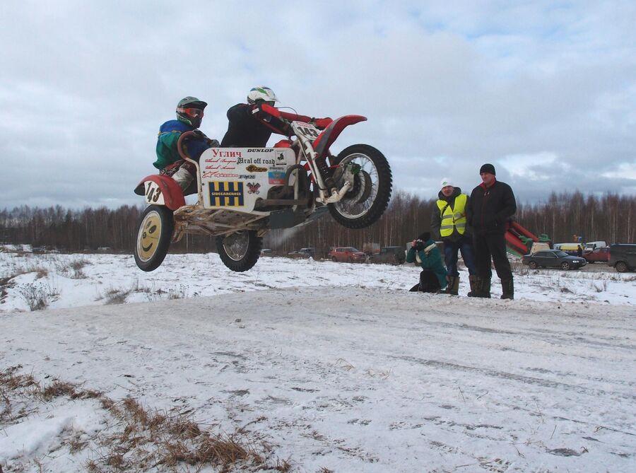 Гонки по мотокроссу на фестивале Зимние забавы