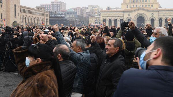 Противники премьер-министра Армении Никола Пашиняна проводят митинг на площади Республики в Ереване
