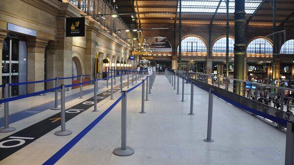 Пустая галерея перед закрытым офисом по продаже билетов компании Eurostar на Северном вокзале в Париже