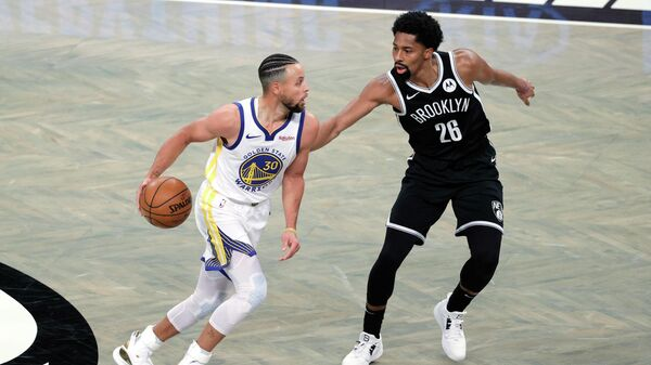 Баскетболист Голден Стэйт Уорриорз Стефен Карри в матче НБА