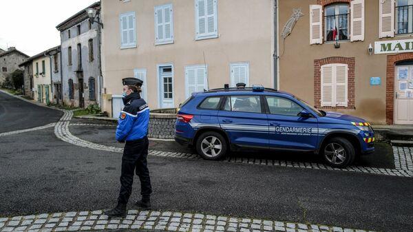 Сотрудники полиции недалеко от места нападения на жандармов во французской коммуне Амбер