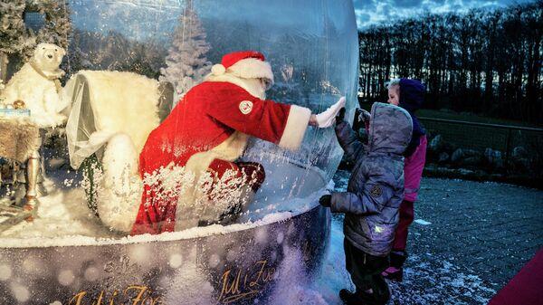 Санта в пластиковом пузыре в зоопарке Ольборга