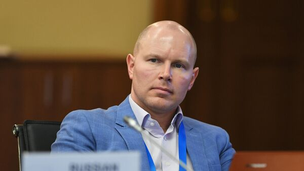 Председатель Общественной потребительской инициативы Олег Павлов во время круглого стола