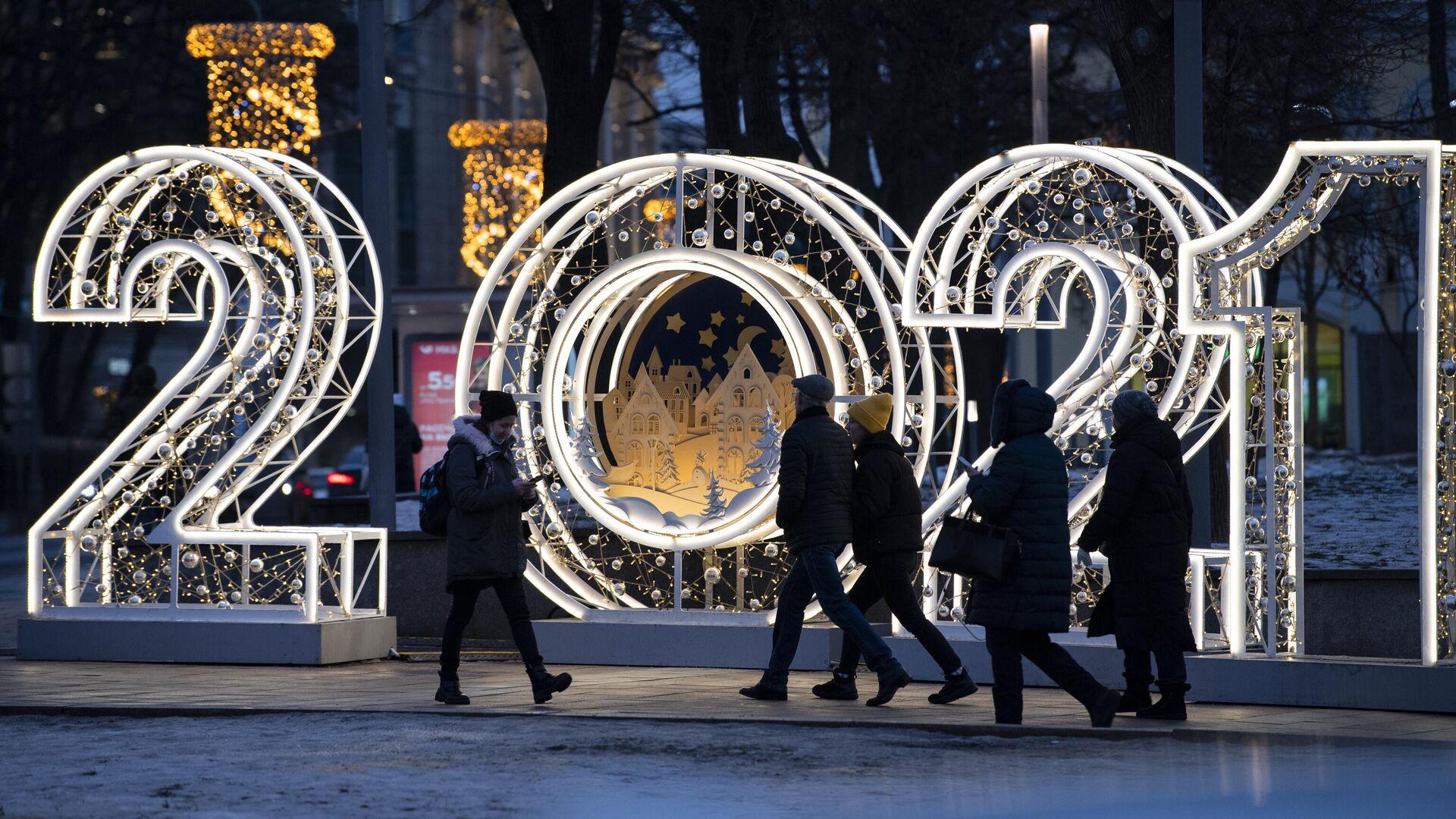 Новогодняя инсталляция возле станции метро Арбатская в Москве - РИА Новости, 1920, 24.12.2020