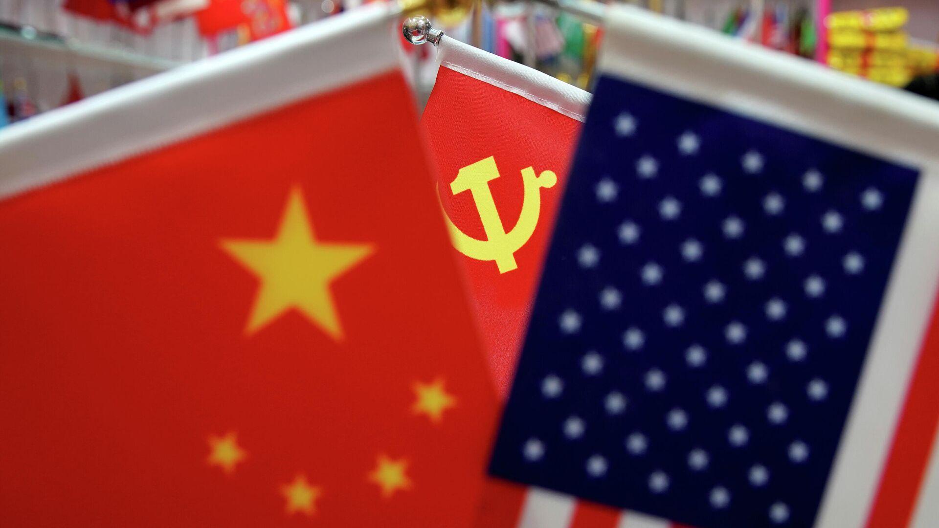 Флаги Китая, США и Коммунистической партии Китая на оптовом рынке в провинции Чжэцзян в Китае - РИА Новости, 1920, 02.01.2021