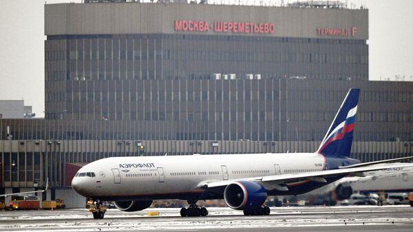 Самолет авиакомпании Аэрофлот на взлетной полосе Международного аэропорта Шереметьево