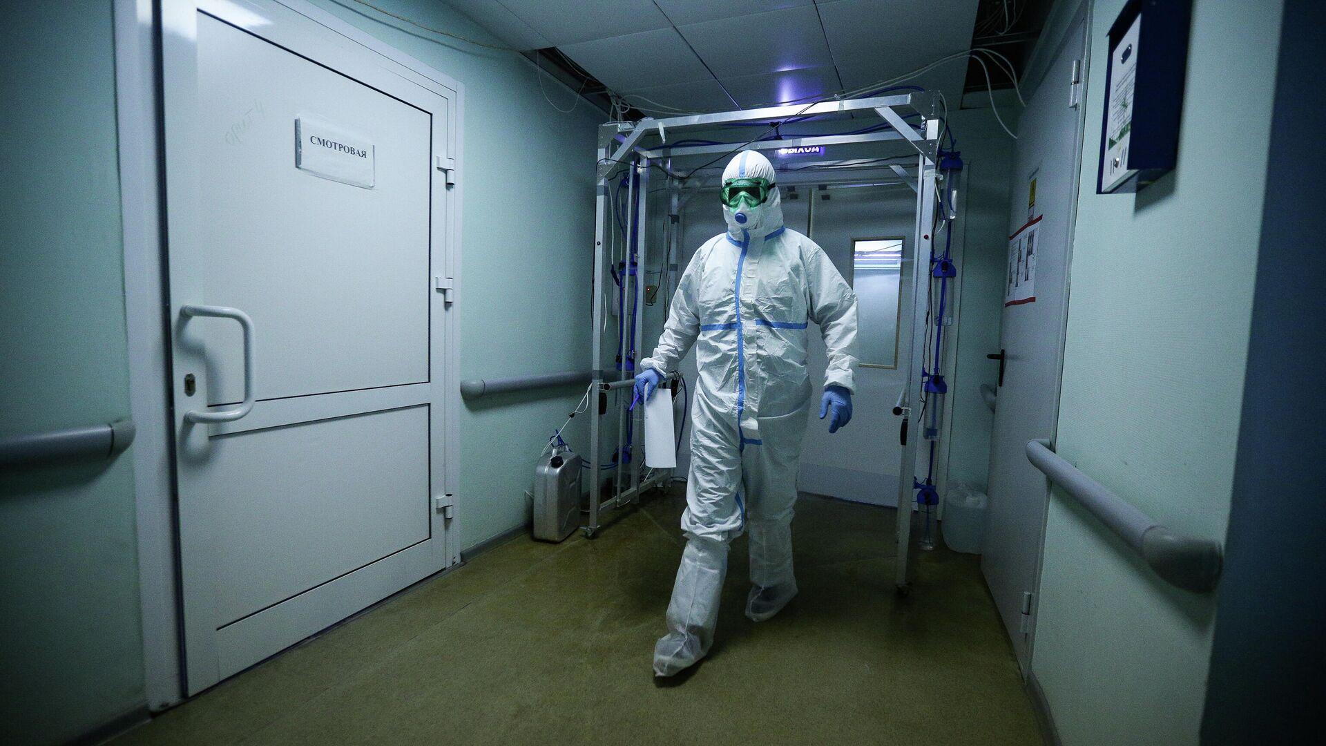 Врач Новосибирской областной клинической больницы в защитном противоэпидемическом костюме - РИА Новости, 1920, 19.01.2021