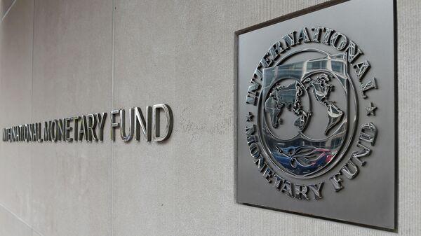 Логотип на здании Международного валютного фонда