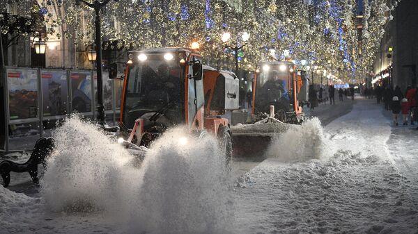 Снегоуборочная техника на Никольской улице в Москве