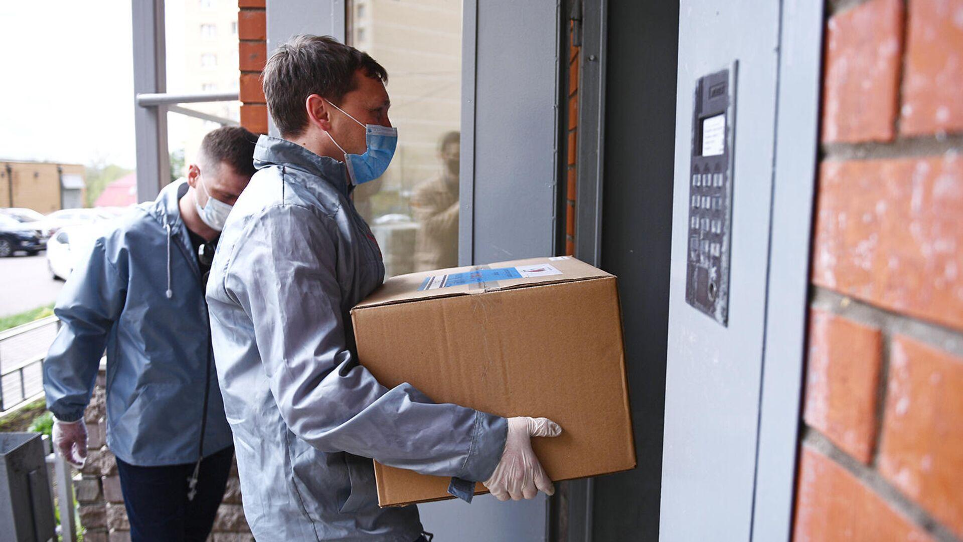 Волонтеры акции Мы вместе во время доставки продуктовых наборов - РИА Новости, 1920, 25.12.2020