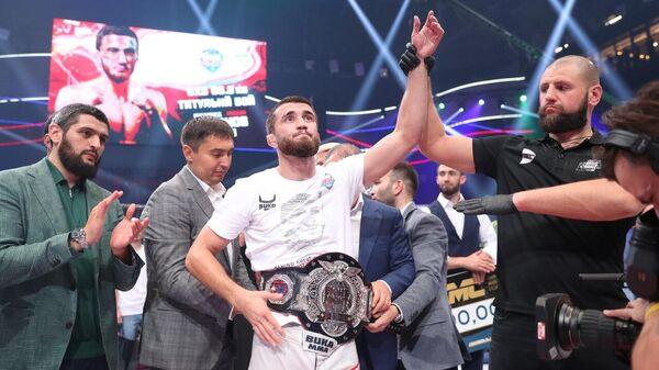 Мухаммед Эминов с чемпионским поясом AMC Fight Nights Global