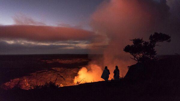 Люди наблюдают за извержением вулкана Килауэа на острове Гавайи