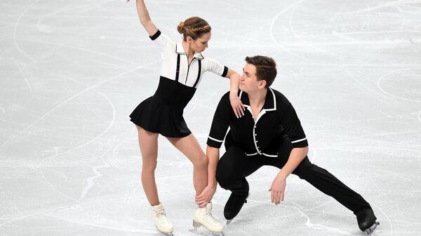 Дарья Павлюченко и Денис Ходыкин выступают в короткой программе парного катания на чемпионате России по фигурному катанию в Челябинске.