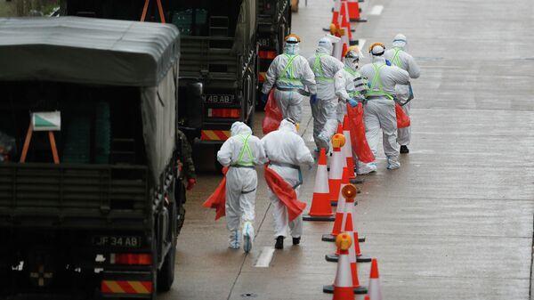 Медицинские работники во время тестирования водителей на коронавирус в Великобритании