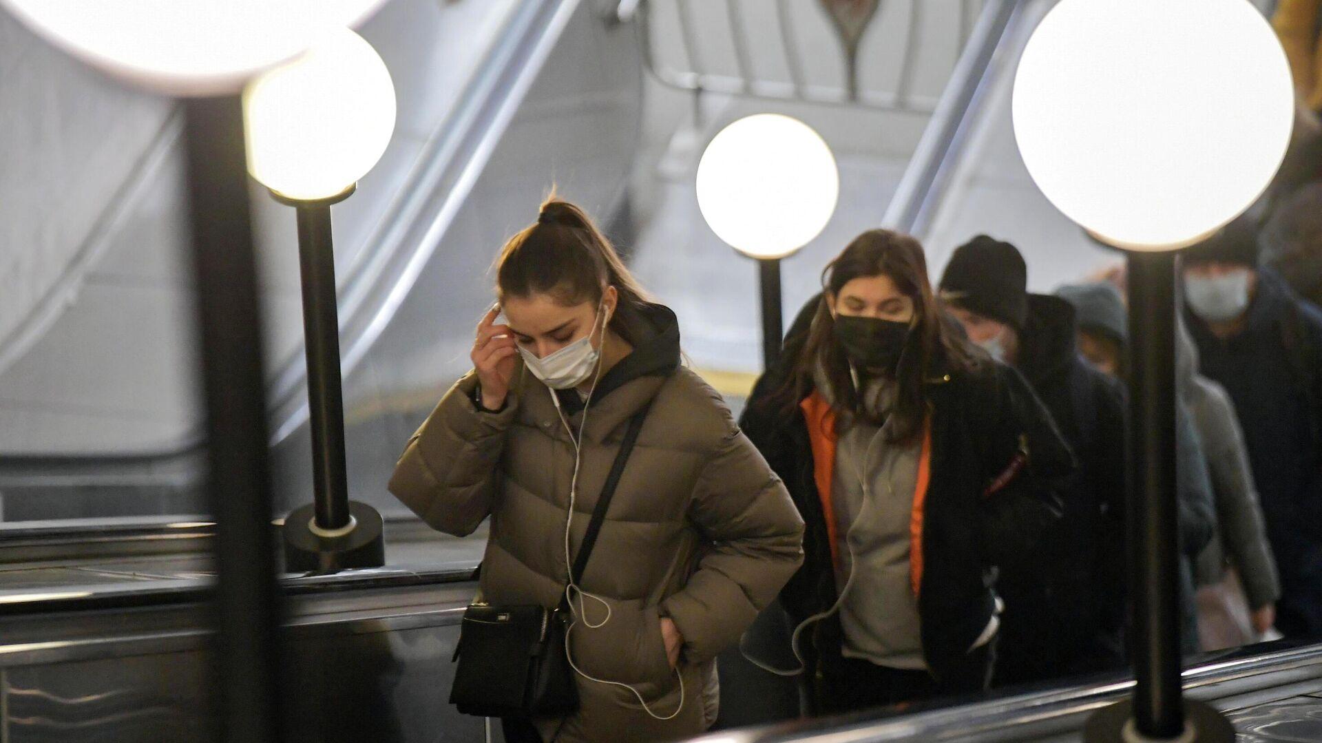 Пассажиры в защитных масках на эскалаторе в московском метрополитене - РИА Новости, 1920, 26.02.2021