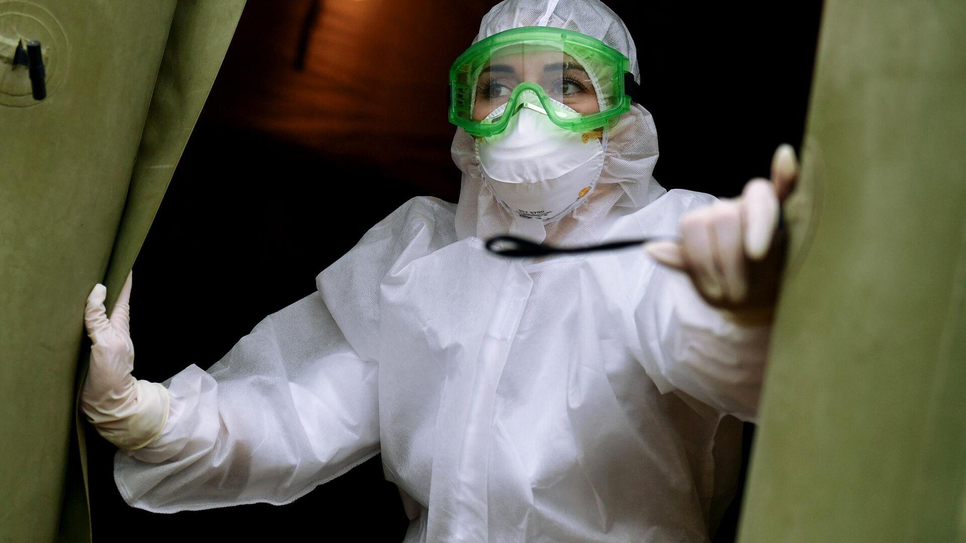 Медицинский работник мобильного госпиталя Минобороны для лечения больных с коронавирусом в Симферополе - РИА Новости, 1920, 05.01.2021