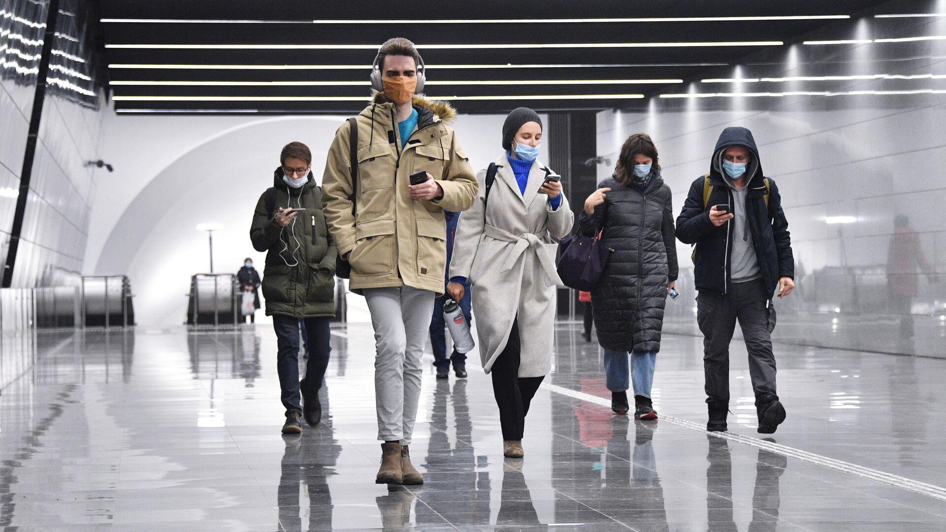 Люди идут по подземному пешеходному переходу между станциями Динамо и Петровский парк - РИА Новости, 1920, 19.01.2021