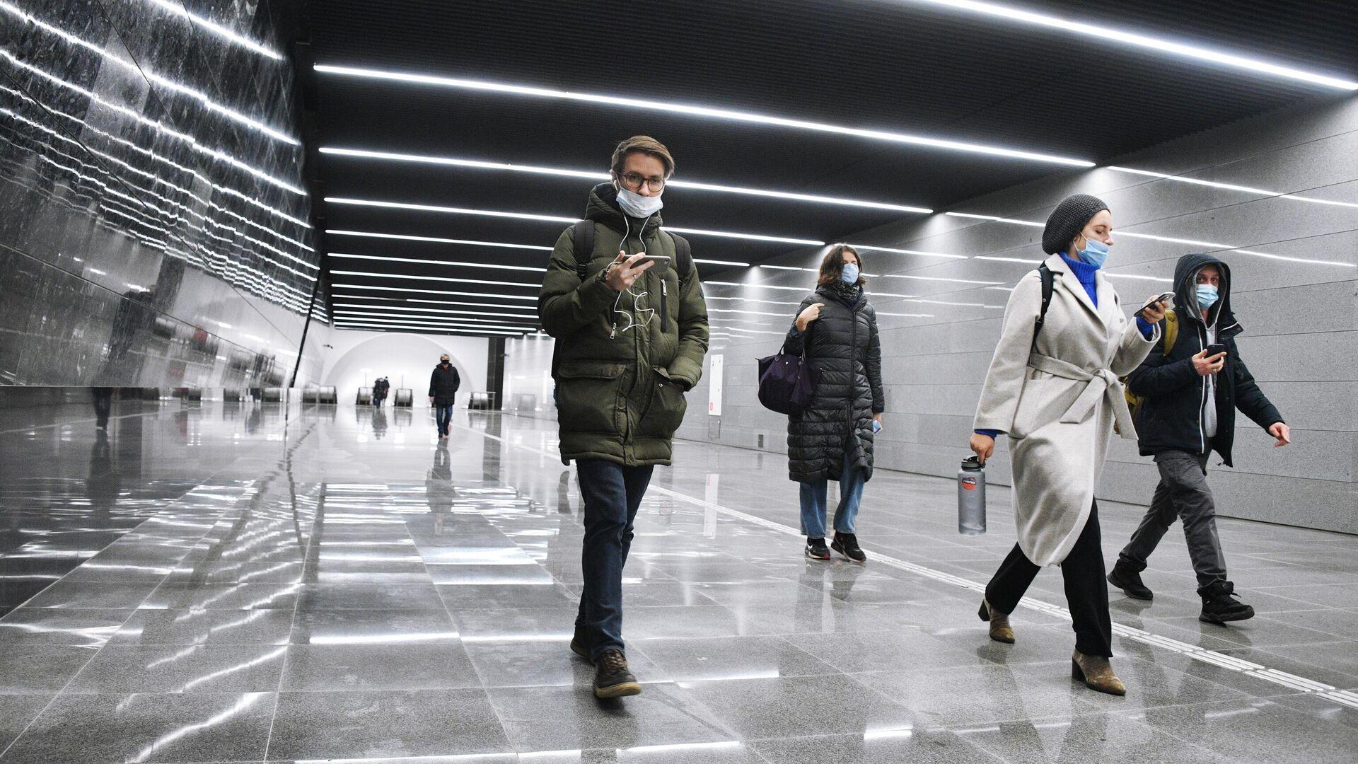 Люди в подземном пешеходном переходе  - РИА Новости, 1920, 19.02.2021