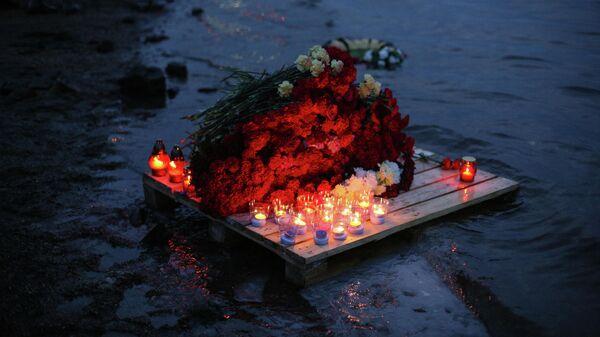 Стихийный мемориал, организованный жителями Мурманска в память о моряках судна Онега на пирсе на Нижне-Ростинском шоссе в Мурманске
